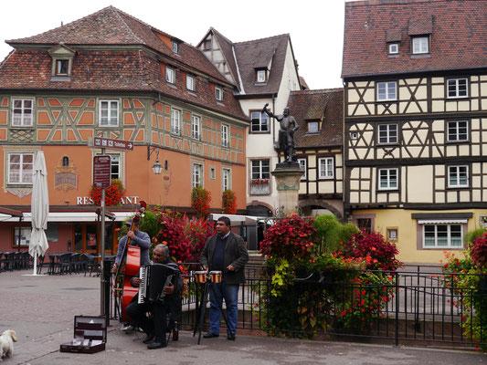 Straßenmusikanten vor dem Schwendi-Brunnen