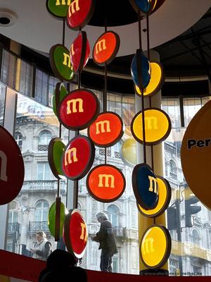 """M&M's -""""Kunst"""" an der Decke"""