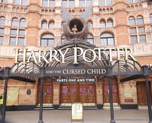 "am ""Harry Potter""-Musicalgebäude vorbei"