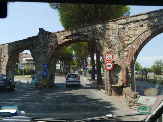 Gleich rechts hinter dem Viadukt: Einfahrt zum Stellplatz