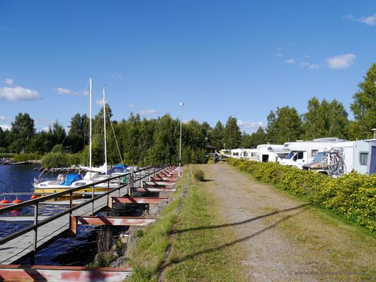 Segelboote und Campingfahrzeuge vis-à-vis