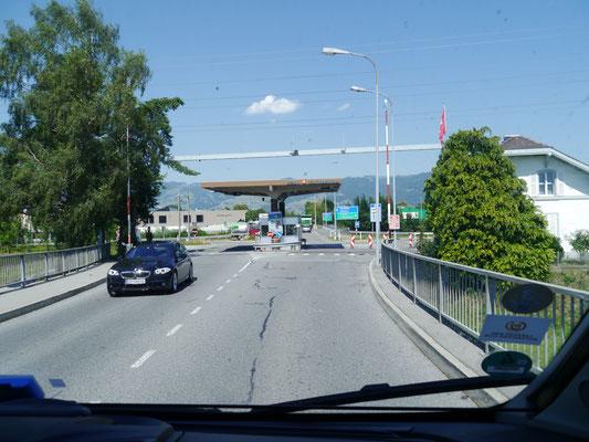 Zollamt Kriessern in der Schweiz unmittelbar hinter der Zollstelle Mäder, der Rhein als Grenze