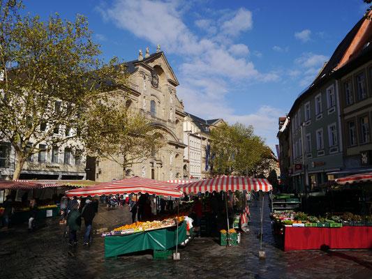 ... im Zentrum der Stadt mit Marktständen