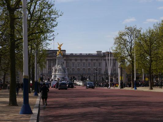 """Die in rot gehaltene """"Mall"""" zum Buckingham Palace"""