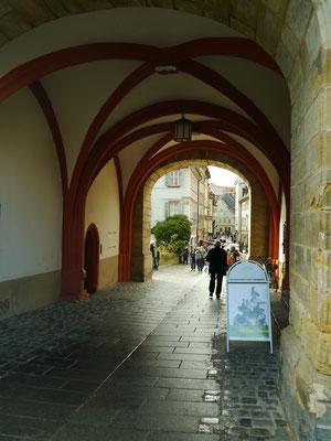 Durchgang unter dem Rathaus her über die Brücke