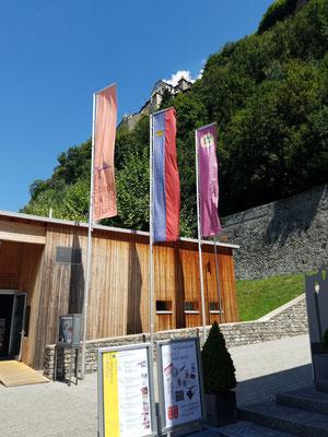 Flaggen an der Tourist Information, oberhalb das Schloss zu sehen