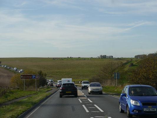 Viele Autofahrer werfen einen Blick auf Stonehenge
