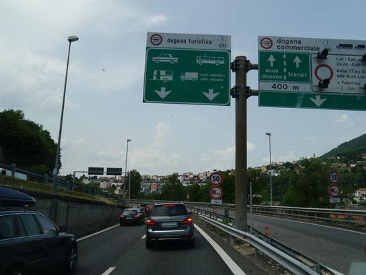 Kleiner Stau vor der italienisch-schweizerischen Grenze bei Como
