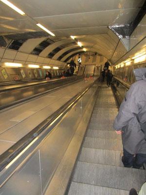 laaaange Rolltreppen in den Untergrund
