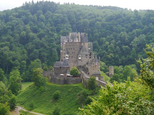 Burg Eltz am Aussichtspunkt vom Nachbarhügel aus