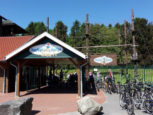 Eingang zum Hochseilgarten vis à vis des Stellplatzes