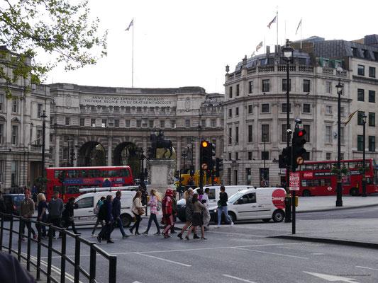 Am Trafalgar Square mit Triumphbogen im Hintergrund