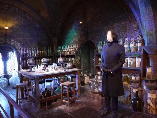 Professor Snape im Klassenraum für Zaubertränke
