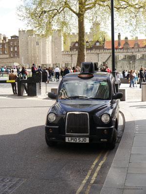 Typisch schwarzes London-Taxi vor dem Tower