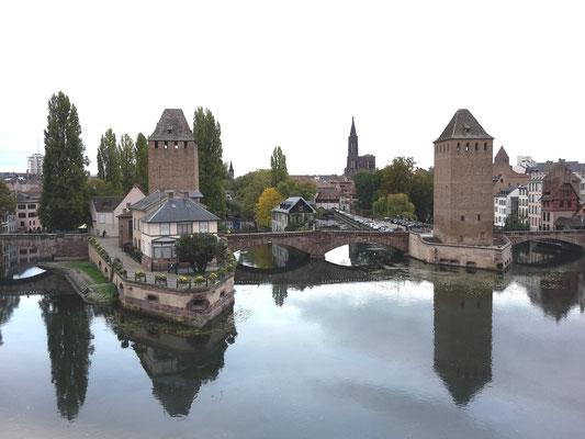 Blick von der Brücke auf die ehemalige Stadtbefestigung