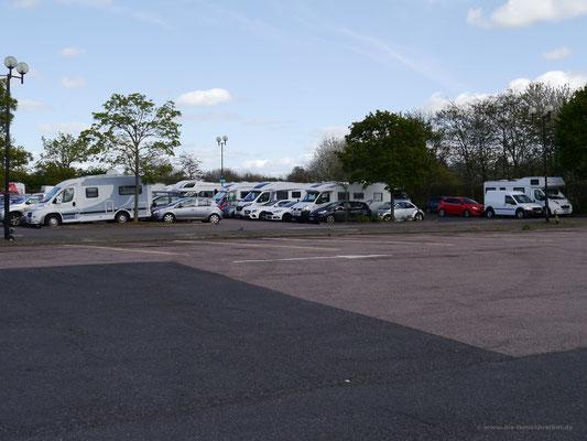 Vormals leerer Parkplatz nach Rückkehr zum Womo