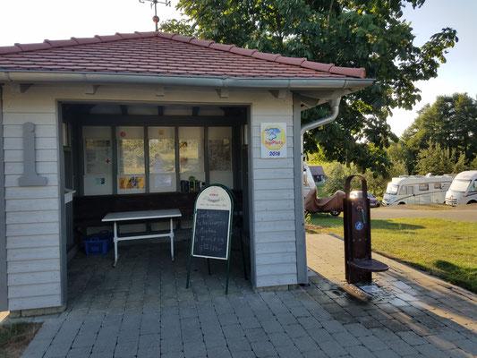 Häuschen mit Info-Material und Brötchen-Service
