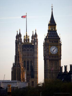 Mit Tele-Objektiv von der Golden Jubilee-Bridge: Westminster und Big Ben