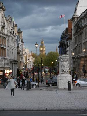 Big Ben im Elizabeth Tower vom Trafalgar Square aus gesehen