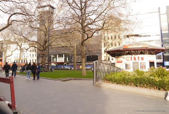 Leicester Square mit der grauen Fassade des Odeon-Theaters im Hintergrund