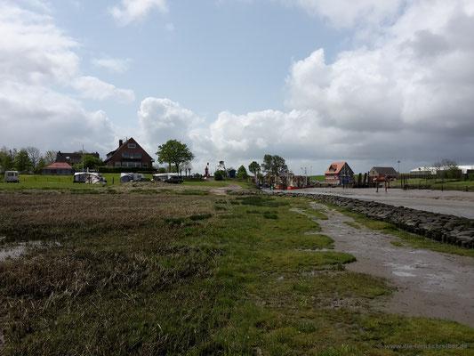Campingplatz neben dem Fischerhafen, vor dem Deich