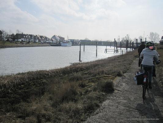 am Hafenbecken entlang