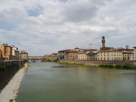 Blick auf Nordufer, Turm des Palazzo Vecchio rechts