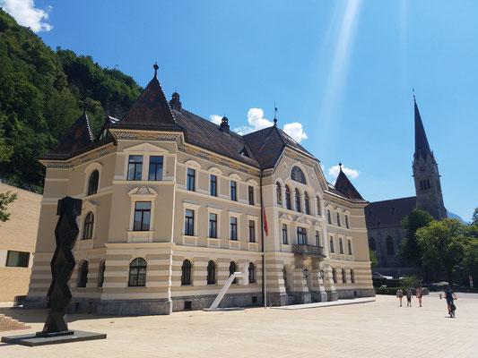 Regierungsgebäude und im Hintergrund Kathedrale St. Florin