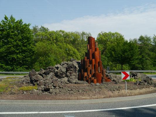 """Schon wieder: Kreisverkehr mit """"Vulkan-Kunst"""""""