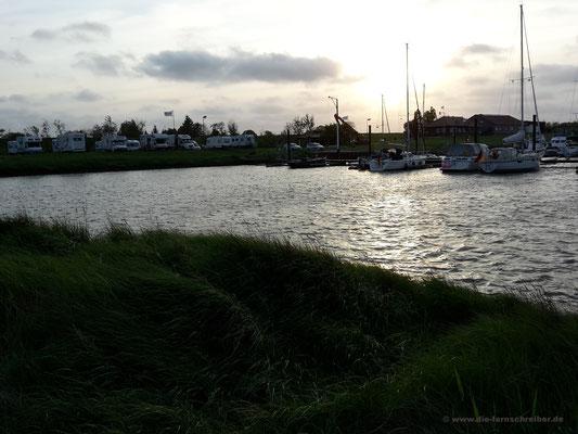 Hafenbecken im Abendlicht