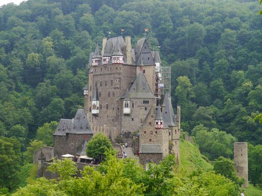 Burg Eltz auf halber Höhe von der Privatstraße aus gesehen