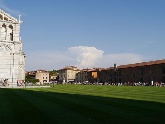 Weitläufige Rasenflächen rund um Dom, Basilika und Turm