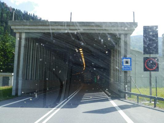 ... geht's in den 6,6 km langen einspurigen San Bernardino-Tunnel