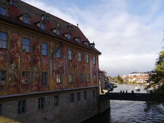 Rathaus von Wasser umgeben...