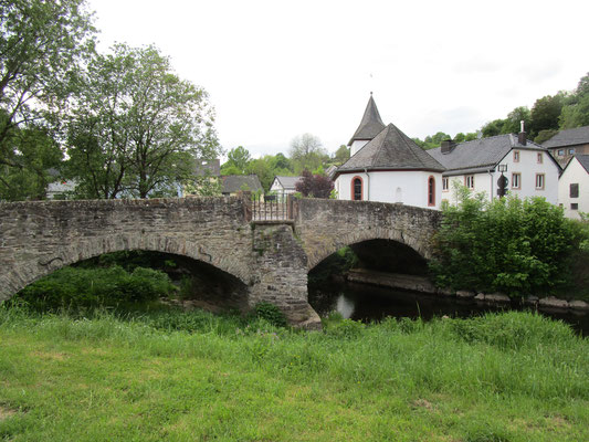 barocke Brigida-Brücke aus Bruchstein über der Kyll