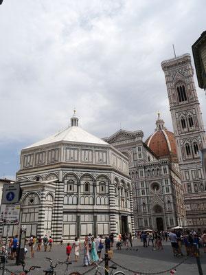 Baptisterium San Giovanni mit Dom im Hintergrund