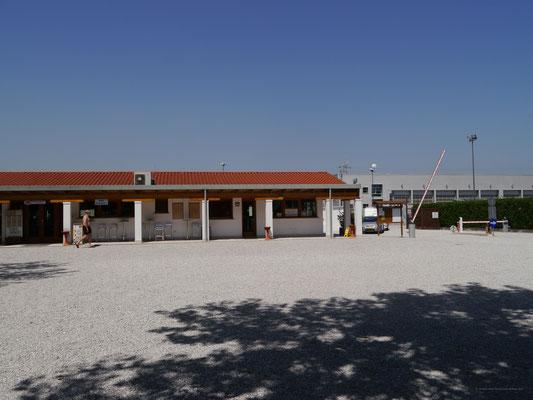 Der großzügige Eingangsbereich des Campingplatzes