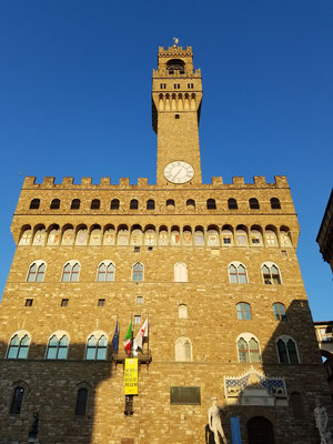Palazzo Vecchio mit Wappen hoch oben