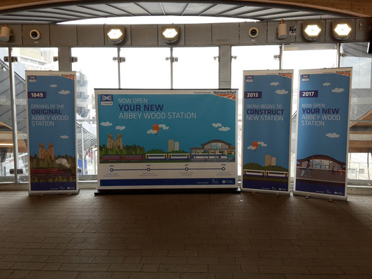 In der Halle des Bahnhofs Abbey Wood - stolz auf den neuen Bahnhof