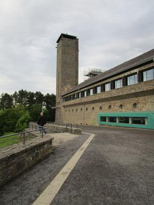 Vogelsang-Turm, ehmaliger Wasserturm mit Appell-Platz im Vordergrund
