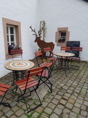 Kleine Sitzgelegenheit am Café