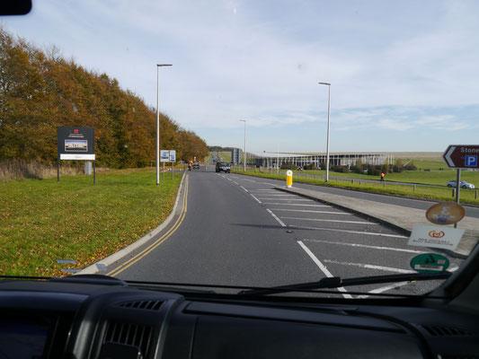 Einfahrt zum Parkplatz und Besucherzentrum von Stonehenge