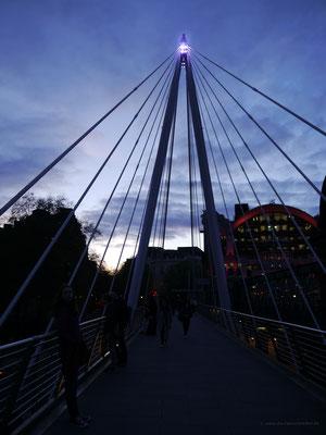 Auf der abendlichen Golden Jubilee Bridge, im Hintergrund Charing Cross Station