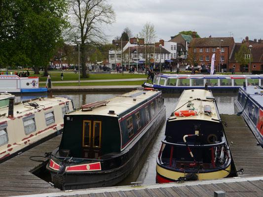 Hausboote für die schmalen Kanäle des Flusses Avon