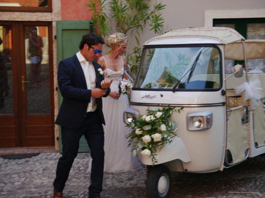 """Hochzeitspaar eilt im """"Dreirad"""" zum Essen"""