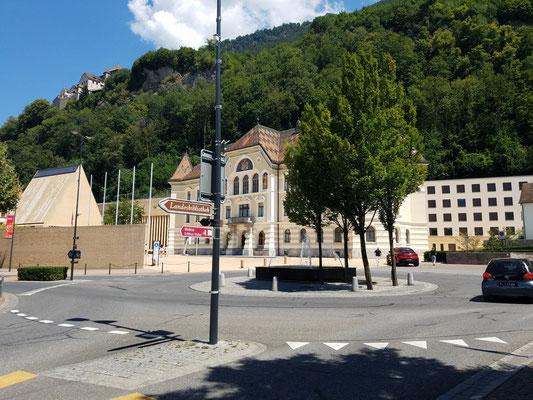 Der Kreisverkehr signalisiert hinten den Beginn der Fußgängerzone