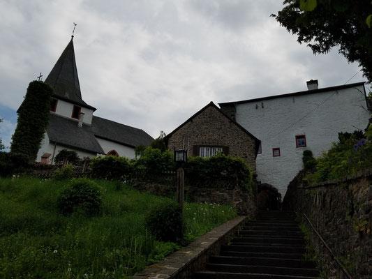 Letzte Etappe zur Burg, links die Johanniterkirche