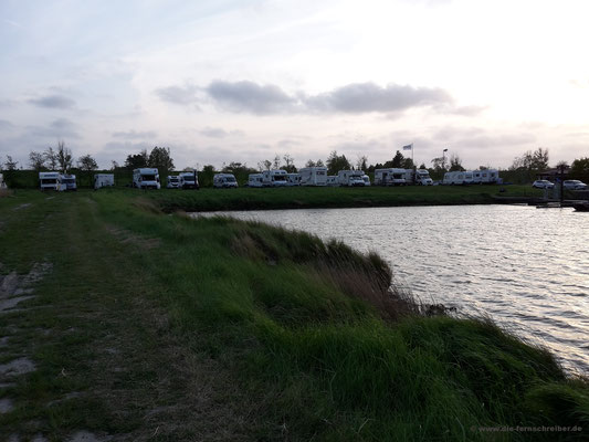 Stellplatz vor Hafenbecken