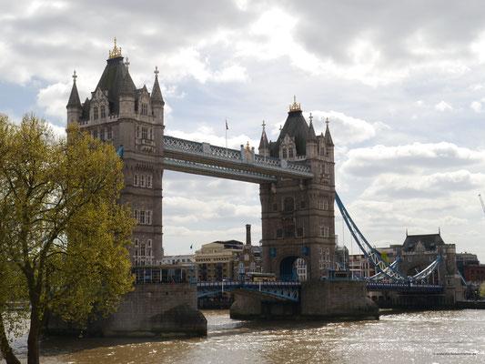 Von der Festungsmauer des Towers der Blick auf die Tower-Bridge