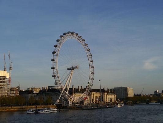 London Eye im wolkenlosen Abendlicht